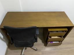 Escrivaninha de madeira com gaveteiro