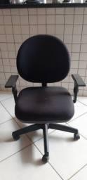 Cadeira giratória e escrivaninha