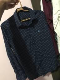 Vendo camisa social original tam M usado somente duas vezes
