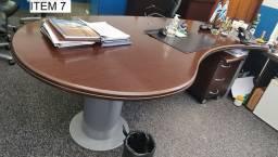Itens de escritório - Diversos lotes - Mesas, cadeiras e armário
