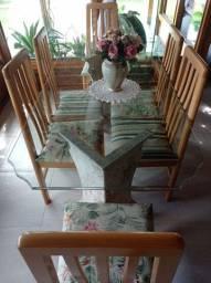 Vendo mesa de jantar com 6 cadeiras.