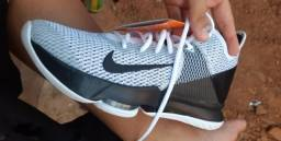 Tênis Nike Lebron Witness IV Masculino - Preto e Branco<br><br>