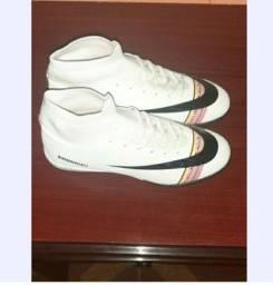 Chuteira Nike modelo Binbinniao