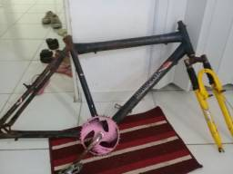 Quadro de bicicleta mas coroa e galfo.