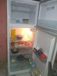 Vendo uma geladeira muito boa  duas portas