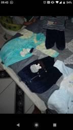 Roupas de bebê uma banheira um sapatinho