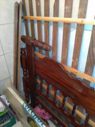Vendo uma cama de madeira casal