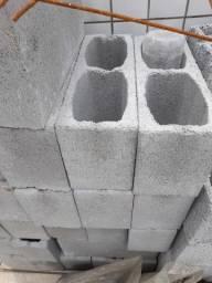 Blocos e canaletas de cimento