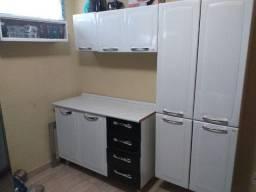 Armário de cozinha e fogão de inox