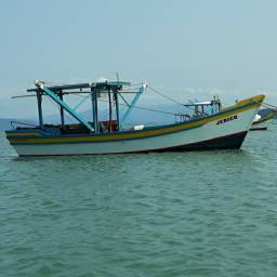 Bote de camarão com motor 4 cilindros