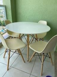 Mesa com 4 cadeiras Eiffel