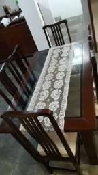 Mesa com base de madeira e tampa de vidro