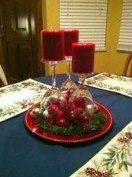 Decore sua mesa nesse Natal com castiçais feitos de taças invertidas. ???