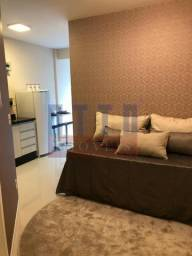 Linda kit, centro com sacada, finamente mobiliada, equipada e decorada!