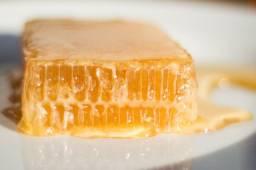 Frasco de mel e favo de mel