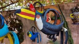 Pássaros feitos com pneus (servem como vasos)