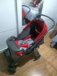 Carrinho de bebê vermelho da marca Hércules