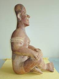 Figura pré-colombiana em terracota, datada 200 a.C. a 200 d.C.