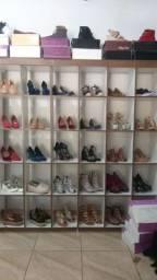 Vende-se um lote de calçados femininos com 235 pares novos
