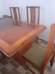 Mesa de madeira com 6 lugares
