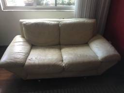 Sofá em couro desgastado