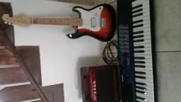 Teclado , guitarra infantil e caixa amplificadora