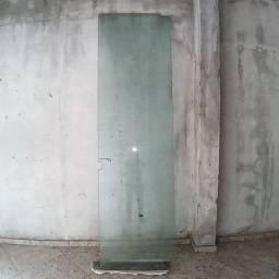 Porta de vidro temperado verde.