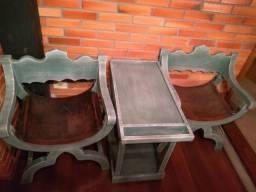 Cadeiras em madeira e couro