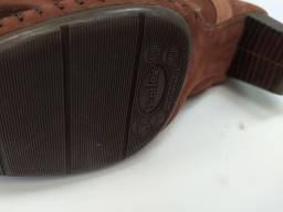 Bota de couro cor marrom