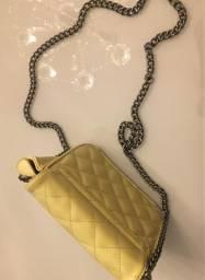Bolsa na cor amarelo corretivo, com corrente, com varias divisões no interior da bolsa!
