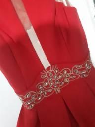 Vestido vermelho com decote as costas