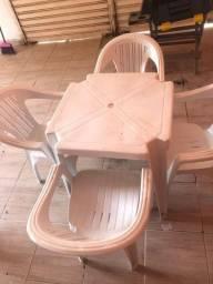 Conjunto de mesa e cadeiras de plásticos
