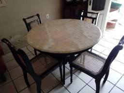 Mesa com tampo de mármore grosso,com cadeiras modelo colonial