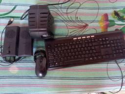 estabilizador, teclado, caixinhas de som e mouse