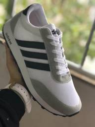 Tênis Adidas cinza com listras pretas