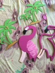 Flamingo e coqueiro decorativos para festa.