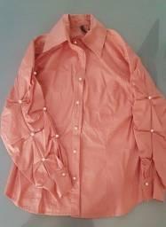 Blusa rosé com detalhes em pérola