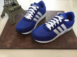 Tênis Adidas azul com listras brancas