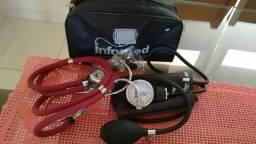 Aparelho de medir pressão e estetoscópio.(Muriaé)