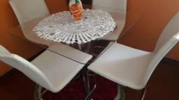 Mesa com tampo de vidro e base em metal