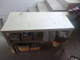 Mesa de ferro com morsa para oficina mecânica.