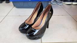 Dois pares de sapatos com salto