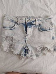 Dois shorts no tamanho 34