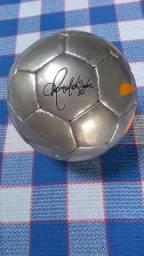 Mini bola com assinatura do Ronaldinho Gaúcho