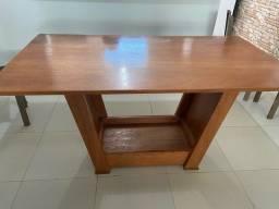 Mesa de madeira muito conservada
