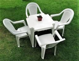 Mesa e cadeira plástica