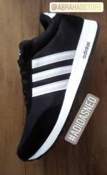 Tênis Adidas Preto com listras Brancas