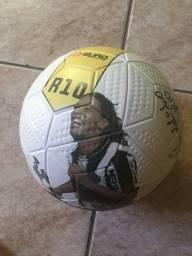 Bola autografada pelo Ronaldinho gaúcho
