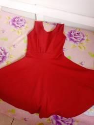 Vende se um vestido vermelho com bojo e laço atrás