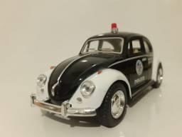 Miniatura VW Fusca Polícia em Metal de 12 Cm.